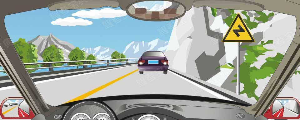 右侧标志警示前方道路有连续三个或三个以上的弯路。