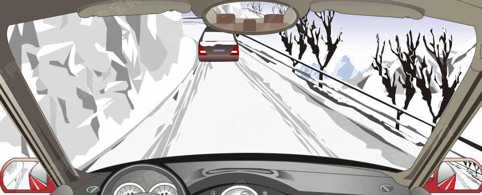 在山区冰雪道路上遇到这种前车正在上坡的情况如何处置?