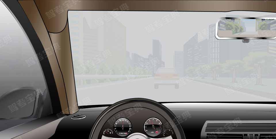 如图所示,雾天驾驶机动车行驶,旁边车道无车时,可变更车道,快速超越前车。