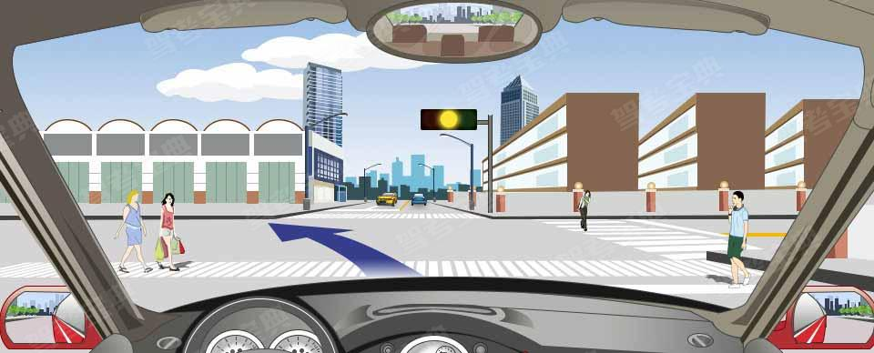 驾驶机动车此时可以加速通过路口。