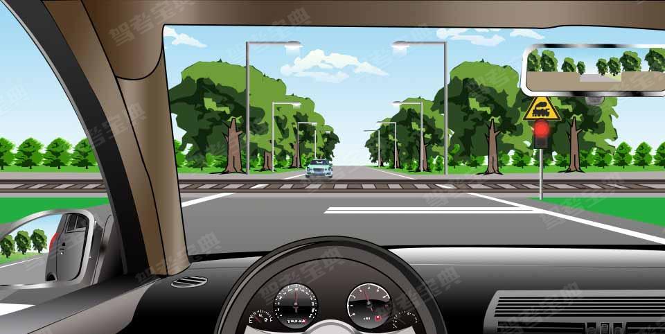 如图所示,在这种情况下遇到红灯交替闪烁时,要尽快通过道口。