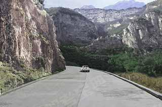 如图所示,驾驶机动车在这样的山区道路跟车行驶时,由于视线受阻,应预防前车突发情况和对向来车,适当减速加大跟车距离保证安全。