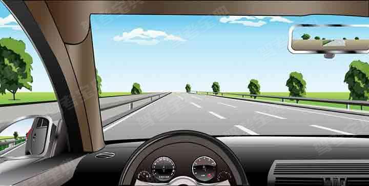 如图所示,在高速公路上同方向三条机动车道最左侧车道行驶,应保持什么车速?