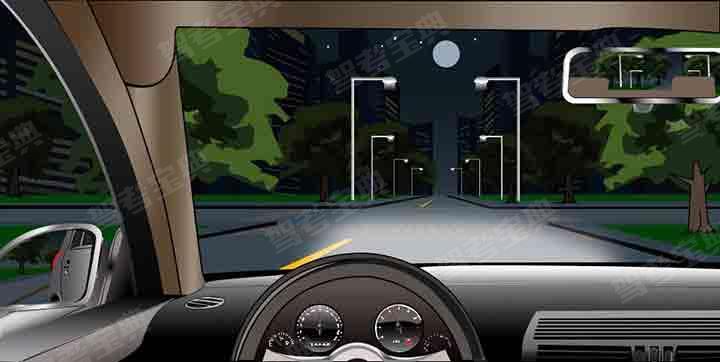 如图所示,在这种情况下通过路口,交替使用远近光灯的目的是什么?