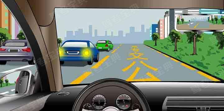 如图所示,驾驶机动车遇前方车流行驶缓慢时,借用公交专用道超车是正确的。