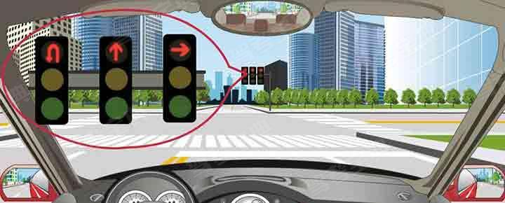 驾驶机动车在这个路口可以沿掉头车道直接掉头。