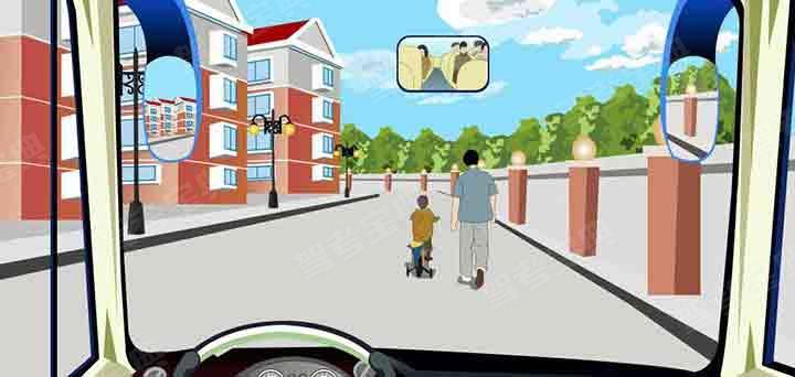 驾驶机动车在居民小区遇到这种情形要紧跟其后行驶。