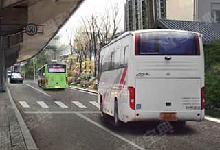 如图所示,机动车在人行横道线前停车,后方机动车驾驶人要采取的正确做法是减速慢行或者停车。