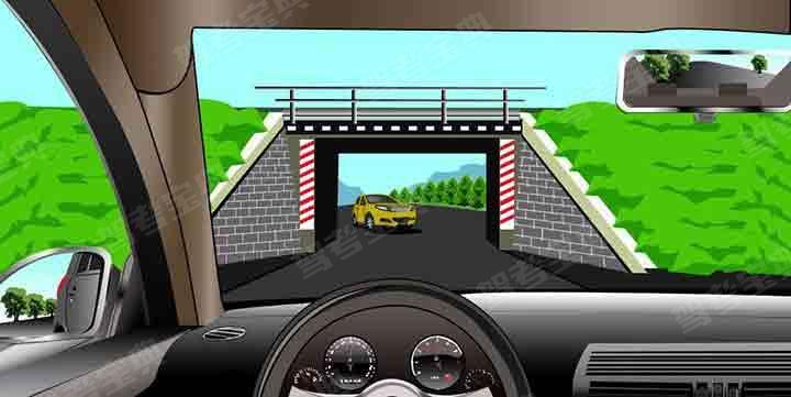 如圖所示,駕駛機動車行駛至橋梁涵洞時,以下做法正確的是什么?