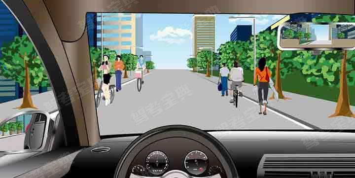如圖所示,駕駛機動車經過這種道路時,應降低車速在道路中間通行。