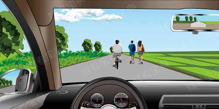 如图所示,驾驶机动车遇到这种情况,可以轻按喇叭提醒前方非机动车和行人后方有来车。