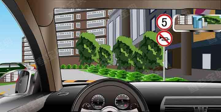 如图所示,驾驶机动车遇到这种情况,应及时降低车速,遇交通堵塞时,可以鸣喇叭。