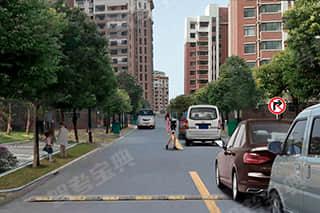 如图所示,驾驶机动车遇到这种情况时,驾驶人应注意的是什么?