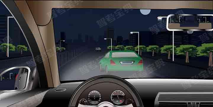 如图所示,夜间驾驶机动车遇到其他机动车突然驶入本车道,可加速从右侧车道绕行。