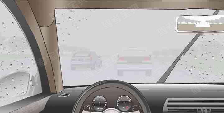 如图所示,雾天驾驶机动车行驶时,玻璃上出现因雾气形成的小水珠时,及时用雨刮器刮净。