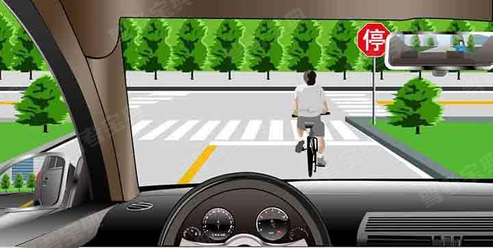 如图所示,驾驶机动车遇到这种情形时,应减速在其后保持安全距离通过路口。