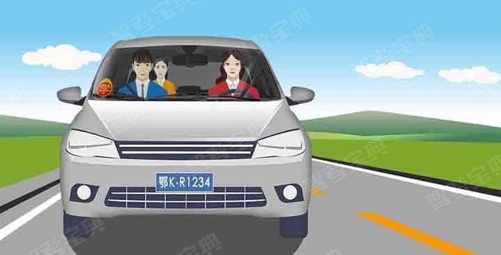 图中这辆上路学习驾驶的自学直考车有什么违法行为?