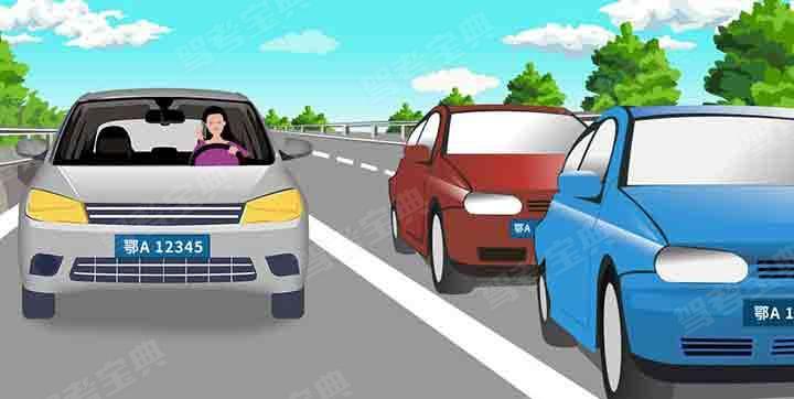 请判断一下图中左侧机动车有几种违法行为?
