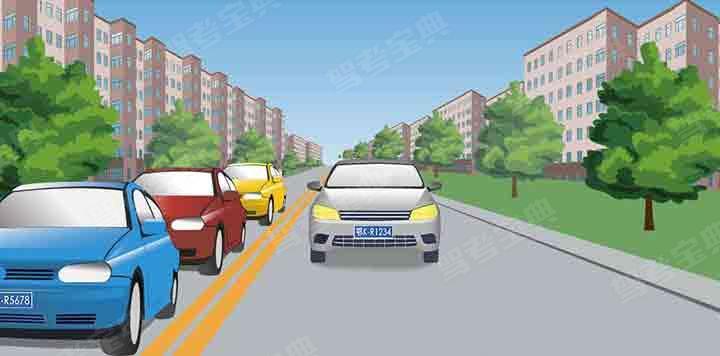 请判断图中这辆逆向行驶的灰色汽车属于什么行为?