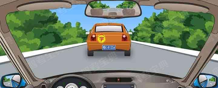 如果想超越前方图中这辆慢速度行驶的小汽车,怎样做是正确的?