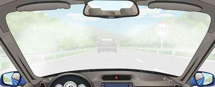 在能见度小于200米的高速公路上以60km/h速度行驶时,与同车道前车安全距离是多少?