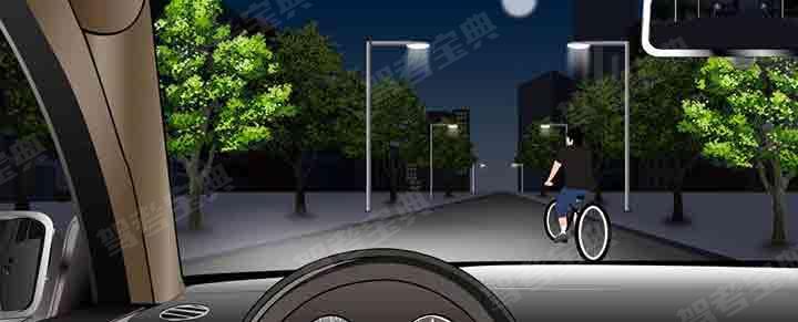 夜间驾驶机动车准备超越右侧非机动车时,以下做法正确的是什么?