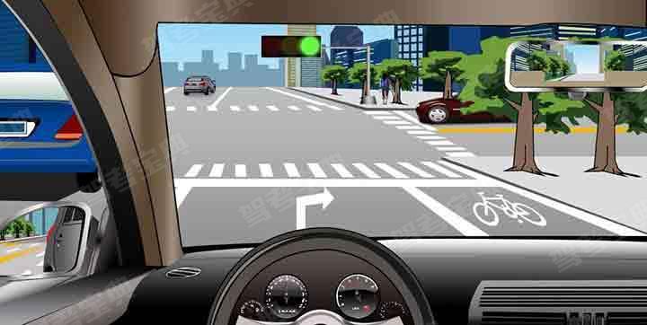 如图所示,驾驶机动车在这种情况下,可以直行也可以右转。