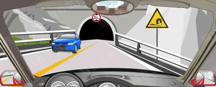 遇到这种情况要开启近光灯,靠右侧行驶。