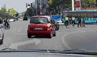 如图所示,车辆行驶至交叉路口,准备右转弯时,教练员应当提示学员___。