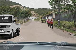 前方遇儿童在路边奔跑时(如图所示),教练员应提示学员___。