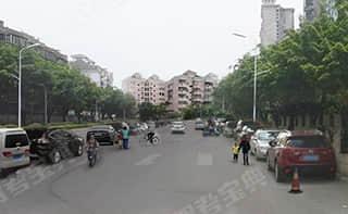 如图所示,在社区内两侧停满汽车的混合交通道路上行驶,教练员应提示学员,可能会有___。