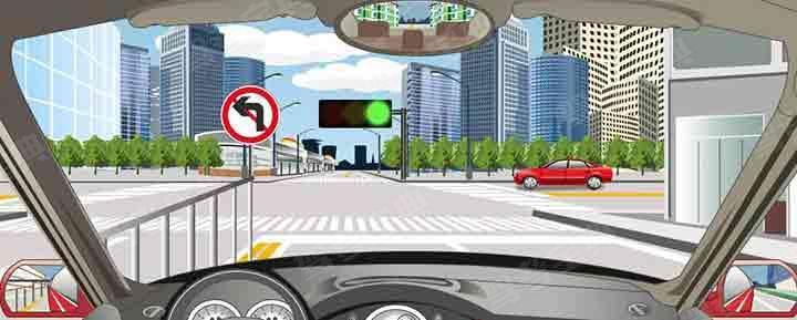 如图,驾驶机动车在这个路口允许掉头。