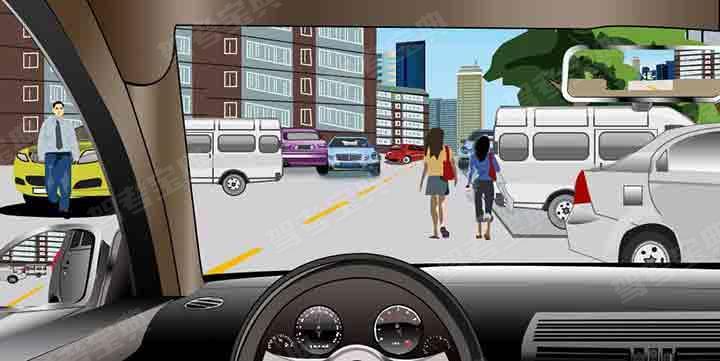 如图所示,驾驶机动车在居民区遇到这种情形,应如何安全驾驶?