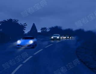在圖中所示條件下行駛時,視線不良,視覺反應能力較低,會影響安全行車。
