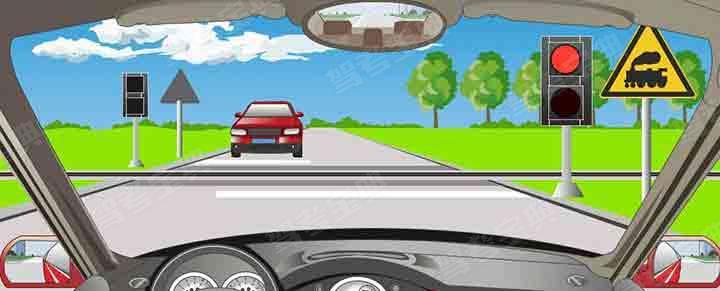 驾驶机动车在铁路道口看到这种信号灯时怎样行驶?