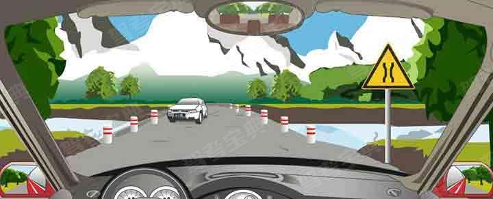 会车遇到这种情况要低速会车或停车让行。