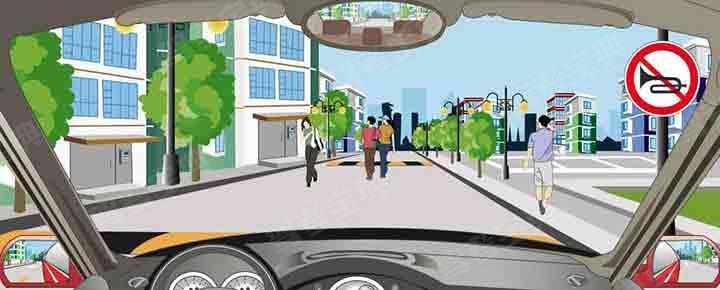 驾驶机动车在居民小区遇到这种情形要连续鸣喇叭。