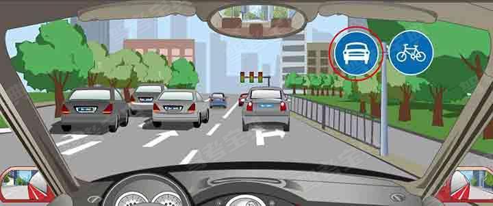 红色圆圈内标志表示左侧道路只供小型车行驶。