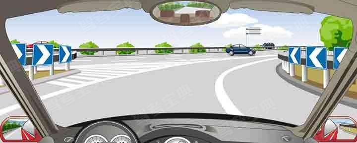路两侧的标志提示前方道路线形变化。