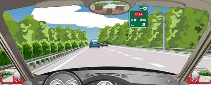 前方标志预告距离下一左侧出口1公里。