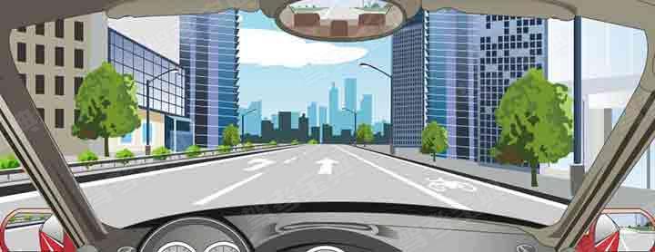 该车道路面导向箭头指示前方道路仅可直行。