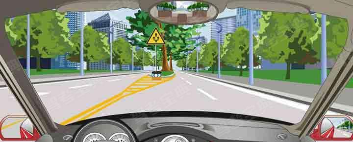 路中黄色斜线填充标记警告前方有固定性障碍物。