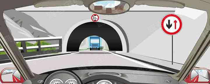 驾驶机动车遇到这种情况怎样安全通过?