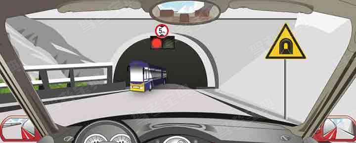 驾驶机动车遇到这种情况要靠右侧停车等待。