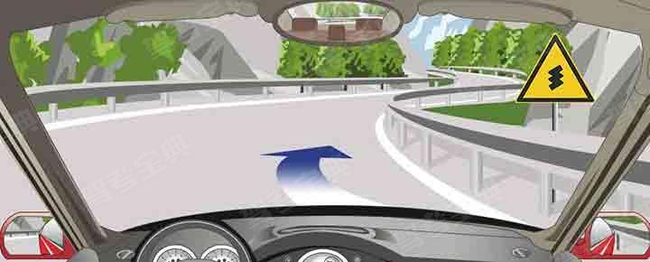 驾驶机动车通过这段山区道路要靠路中心行驶。