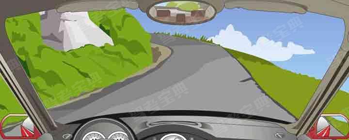 在这种路面较窄的急弯处行车时要注意什么?